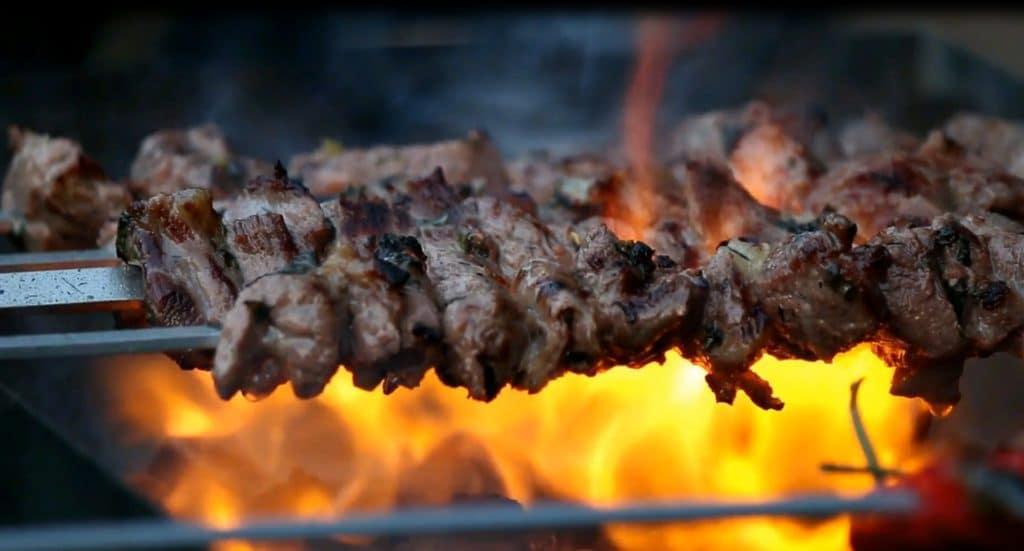 Grill mit Fleisch
