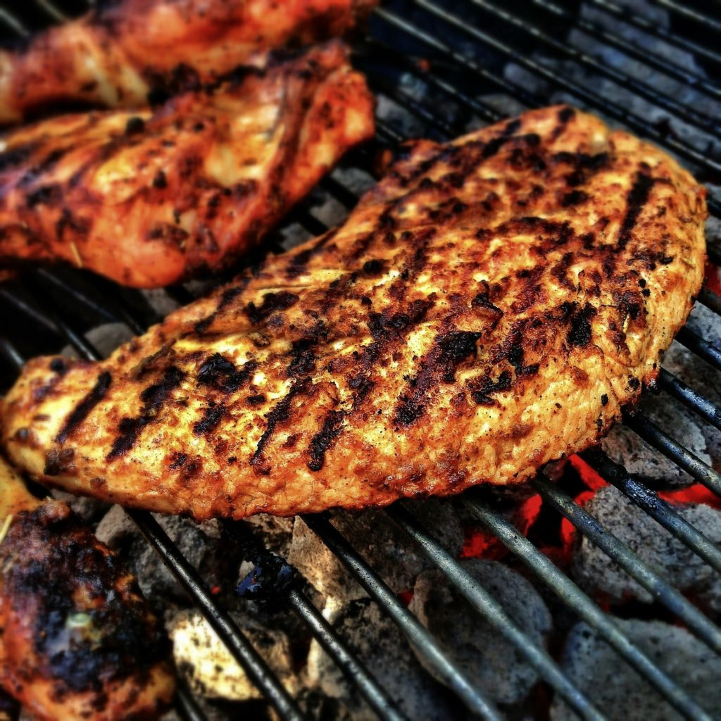 Holzkohlegrill mit Fleisch